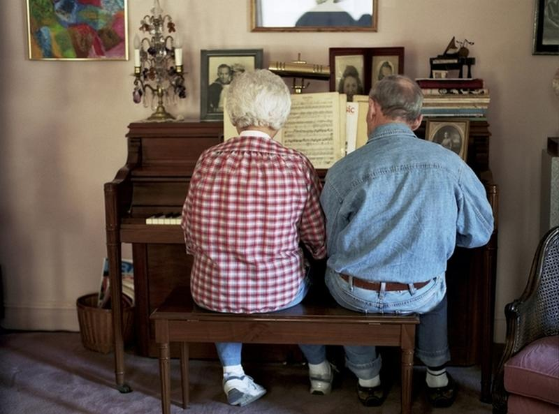 couple play piano together